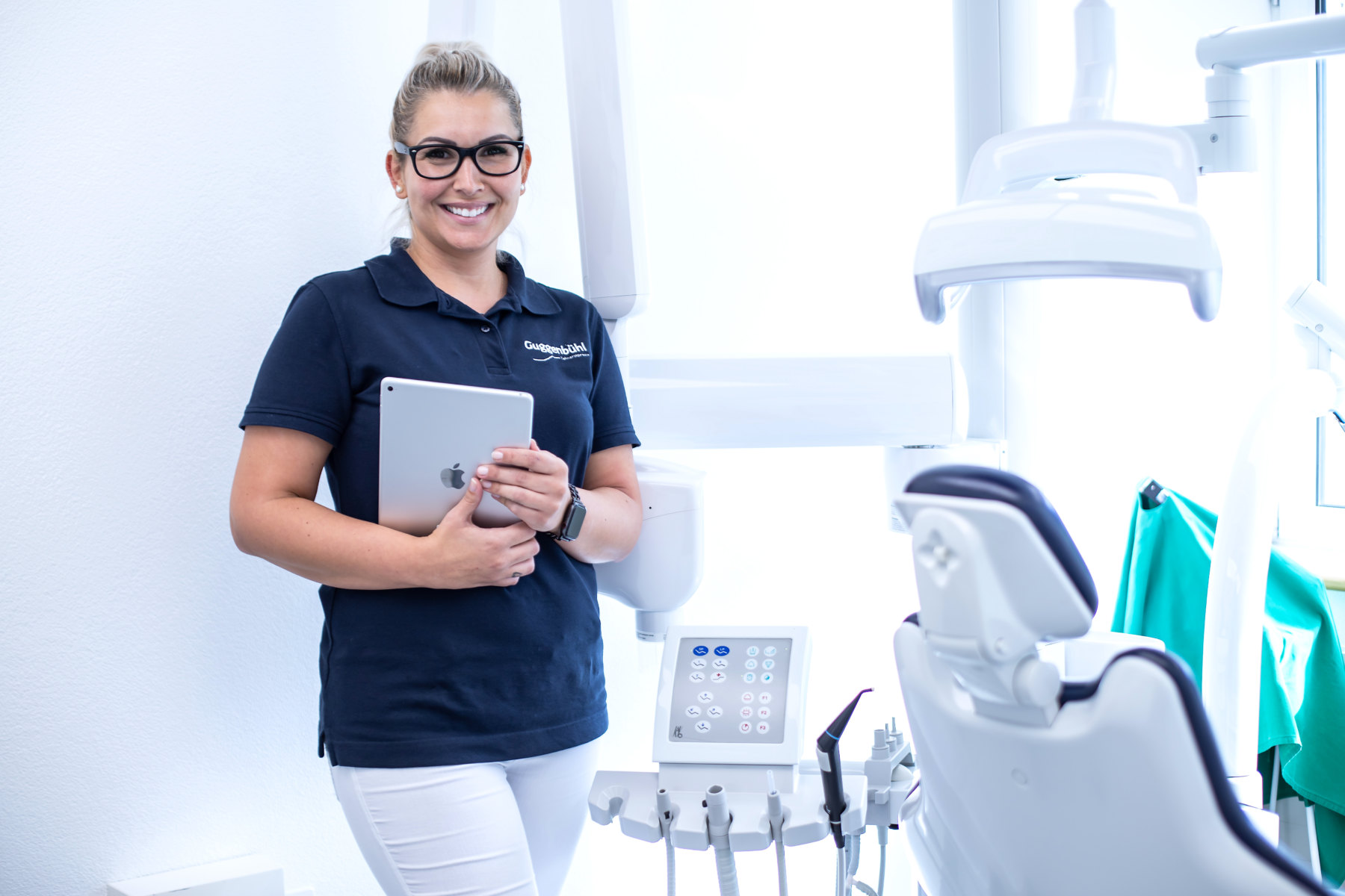 Notfallzahnarzt - Notfall Zahnarzt in Uri - Frau mit iPad